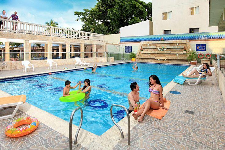 Piscina y solarium del Hotel Dorado en Cartagena frente al mar
