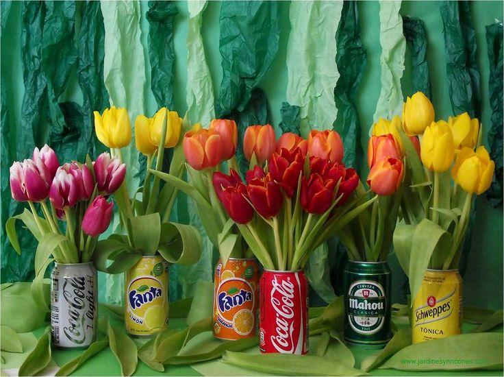 Latas con tulipanes