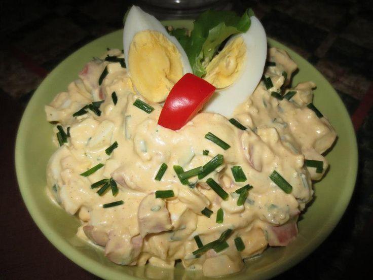 PIKANTNÍ VAJÍČKOVÝ SALÁT 8-10 uvařených vajec kousek salámu,malou cibulku (najemno nakrájenou),můžem i jarní. papriku na kostičky,pažitku jeden stroužek utřeného česneku 1 lžičku dijonské a 1 plnotučné hořčice 1 zakysanku nebo bílý jogurt 2 lžíce majolky sůl,pepř a špetku mleté papriky.