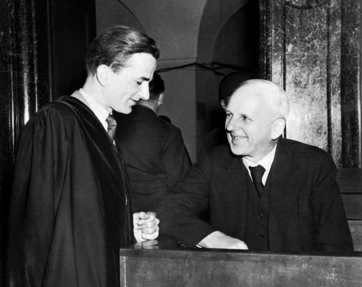 In den Nürnberger Kriegsverbrecherprozessen tritt Weizsäcker 1948 als Assistent des Anwalts auf, der seinen Vater Ernst von Weizsäcker, einen der führenden Diplomaten des Deutschen Reichs, verteidigte....