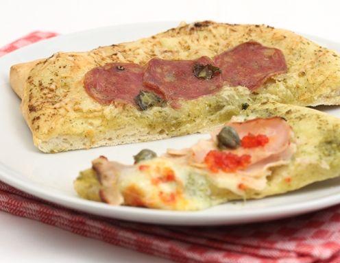 Für den Pizzateig ohne Germ alle Zutaten für den Teig in eine Schüssel geben und mit der Küchenmaschine verkneten lassen, bis ein ganzer,
