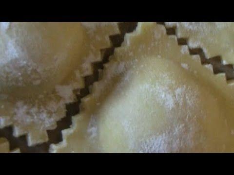 Hausgemachte Ravioli mit Käse-Tomaten-Schinken-Füllung, Pasta, Rezept - ...