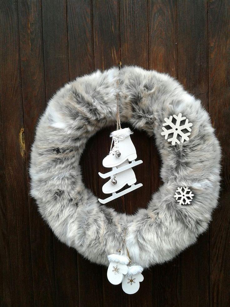 Zimní+věnec+Zimní+věnec+.+Věnec+je+udělán+z+umělé+kožešiny+šedobílé+barvy+s+hnědym+odstínem.+Celková+velikost+35cm.