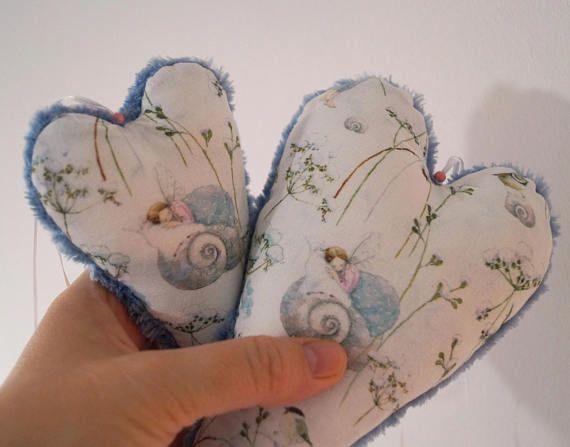 Aus dem zauberhaften Stoff Elfenträume, den wir auch im aktuellen acufactum-Buch Winter im Elfenwald verarbeitet haben, habe ich jetzt (endlich) auch eine kleine Serie von Kissen, Decke und zuckersüßen Herzchen für den shop gefertigt. Endlich! :-) Da kleine Herzchen als Handscheichler und