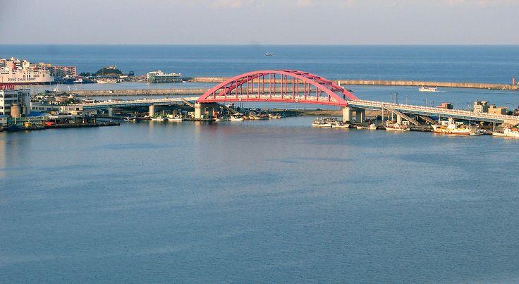 Ponte arqueada Sinsuro sobre o Lago Cheongchoho em Sokcho, província de Gangwon-do, Coréia do Sul.  Fotografia: Steve46814.