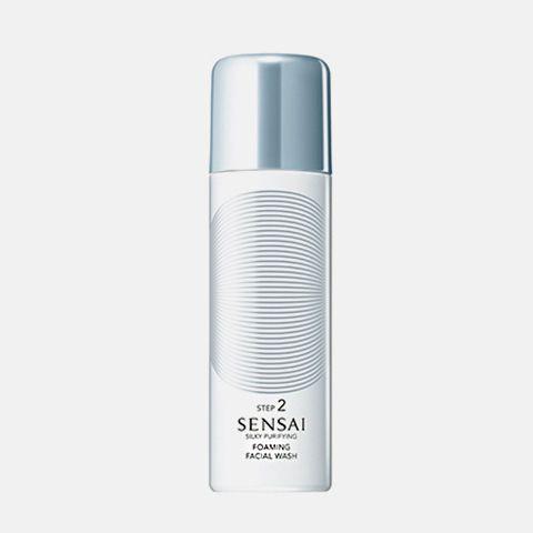 Limpieza : SENSAI SILKY PURIFYING: Foaming Facial Wash Un limpiador facial extrasuave en espuma que elimina totalmente las impurezas presentes en los poros sin necesidad de exfoliar la piel. Para pieles normales a grasas y mixtas. Aplicar sólo por la mañana o por la noches tras el paso de limpieza. Aclarar bien.