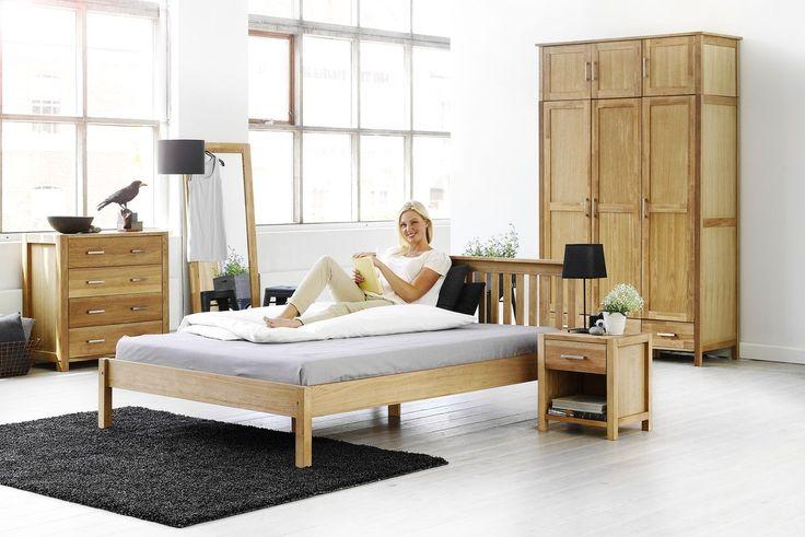 Ce poate fi mai frumos decât un pat central, în care să citești cartea preferată în diminețile de weekend? Patul SILKEBORG este realizat din lemn masiv de stejar tratat cu ulei și furnir de stejar | JYSK #bedroom #homeinspiration #interiordesign | JYSK