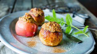 Bakte epler med marsipan og nøtter