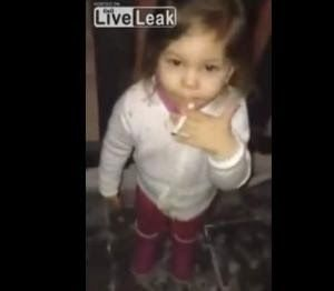 Causa indignación video de infante fumando en Finlandia  #portadadelmundo