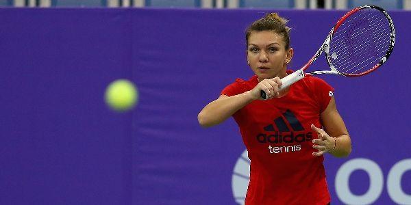 Simona Halep a invins-o in doua seturi pe Eugenie Bouchard, in primul meci al romancei la Turneul Campioanelor de la Singapore.