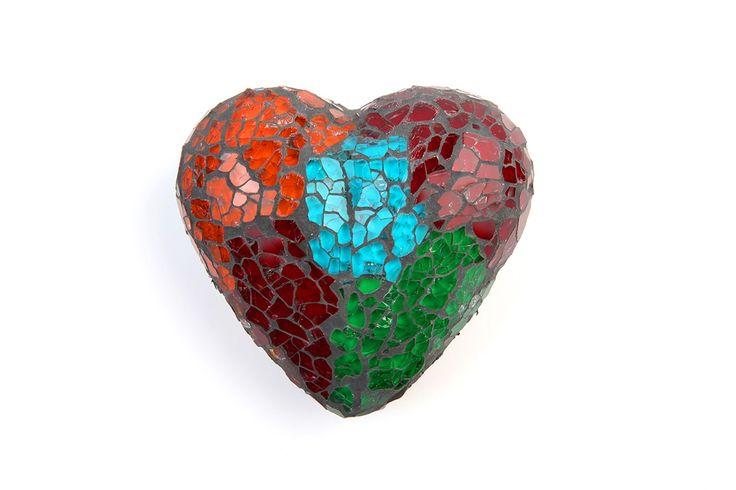 Corazón de trencadís de cristales de colores. Puede utilizarse como pisapapeles…
