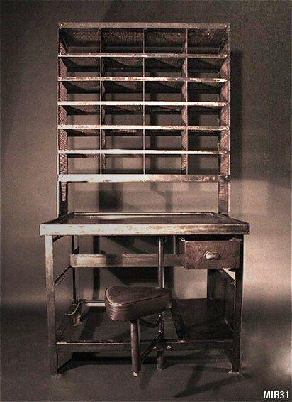 Bureau de tri postal, casiers ajourés en partie haute pouvant stocker des documents administratifs (21 x 29,7) et coulissants sur rail, finition métal graphite, siège en cuir, vers 1950.