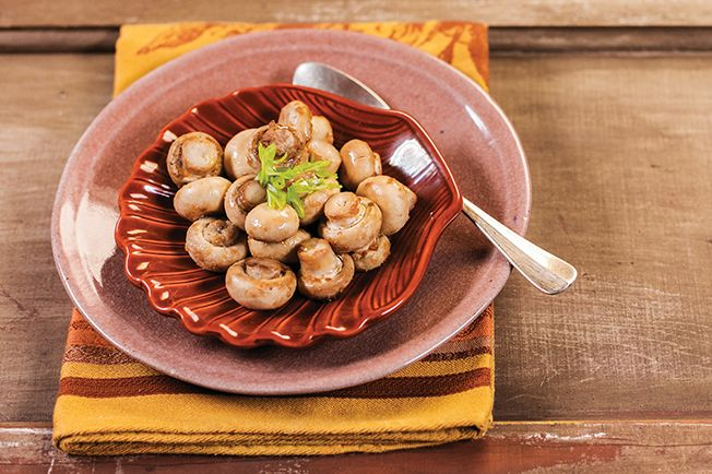 Você não precisa fazer nada, nem cortar os cogumelos. Basta temperar com shoyu, gengibre e azeite — e o forno trabalha por você.