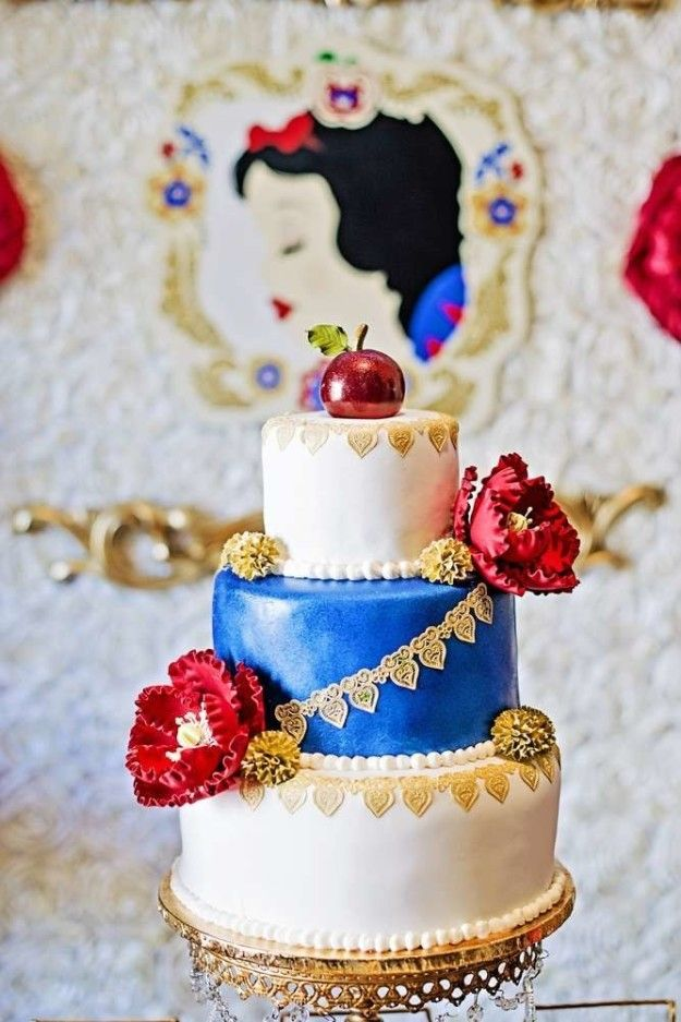 This perfect interpretation of what Snow White would look like as a cake. | 16 Disney Wedding Cakes That'll Make You The Happiest Person On Earth