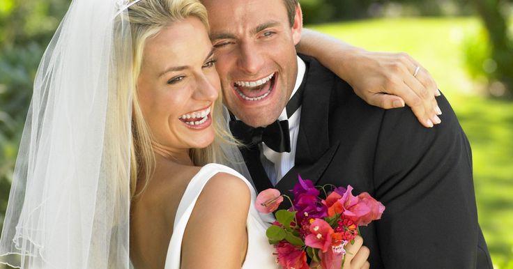 ¿Cuánto tarda un certificado de matrimonio en ser emitido?. Se requiere un certificado de matrimonio para que una pareja sea reconocida oficialmente. Antes de otorgar el certificado, se debe obtener una licencia de matrimonio. Esto puede tomar varios días a varias semanas, dependiendo de donde se casó la pareja. Muchos estados tienen un período de espera antes de que la licencia sea válida, y después de la ...