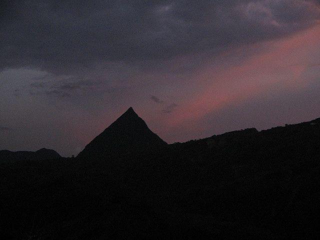 """Una montaña que parece una pirámide artificial (Cerro Tusa, Colombia)  El Cerro Tusa se destaca por su silueta con forma de pirámide sobresaliendo al resto del paisaje del entorno. Con su forma tan particular, es un ícono del lugar, emergiendo con 500 metros de altura por sobre el terreno con sus laderas pronunciadas que forman lo que sería una gran """"pirámide"""" natural."""