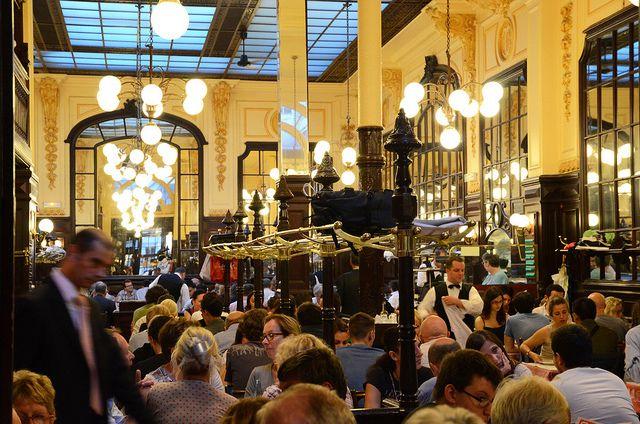 Chartier - Grande padiglione di ferro e vetro, il più famoso bistrot di Parigi a prezzi popolari, atmosfera dell'800. Servizio velocissimo, senza prenotazione. www.restaurant.chartier.com