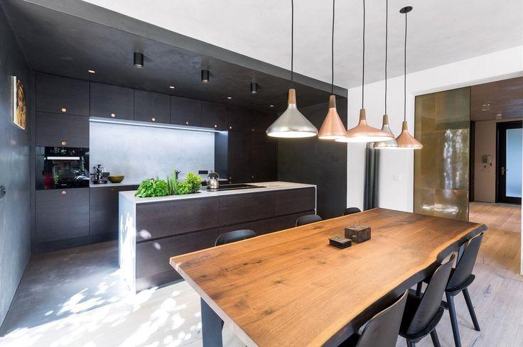Pracovní deska v kuchyni je vyrobena z betonu českou firmou Gravelli, jídelní stůl na zakázku dodal český výrobce Lugi a jídelní židle Nerd navrhl David Geckeler pro dánského výrobce Muuto.