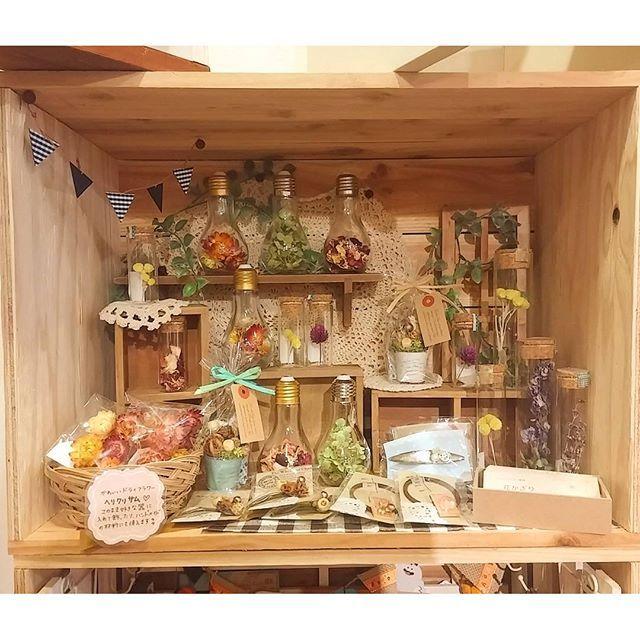 【zakka.cocho2】さんのInstagramをピンしています。 《BOXに新たに「花かざり」さんが入られました。 ドライフラワーを使ったテラリウムや、アクセサリーが並びます。 とても素敵なディスプレイですね(^^) #雑貨屋 #雑貨 #ハンドメイド  #ハンドメイド雑貨  #zakka #handmade #ハンドメイドアクセサリー #ドライフラワー #テラリウム #ヘリクリサム #花 #はな #インテリア #インテリア雑貨 #カントリー #レンタルボックス #大分市 #雑貨屋さん #手作り #手作り雑貨》