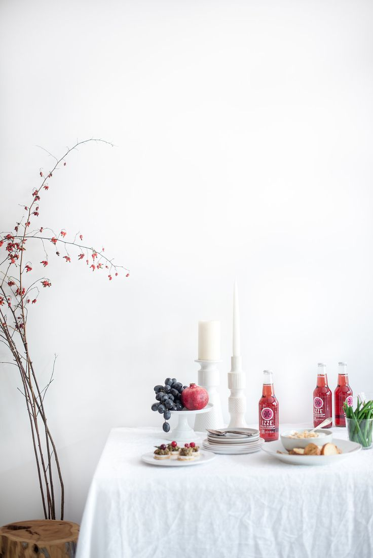 Simple table setting + Friendsgiving ideas for Thanksgiving. @IZZEofficial