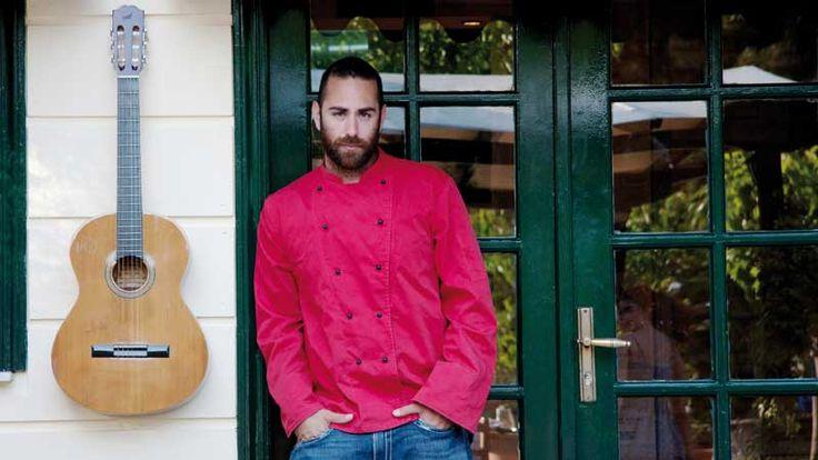 Ο Άρης Βεζενές του δημοφιλούς εστιατορίου «Vezene» μας μιλάει για το μικρό γραφικό νησάκι απέναντι από τη Λευκάδα που έχει εξελιχθεί σε ανερχόμενο προορισμό.