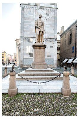 Modena manutenzione al monumento in Piazza Torre