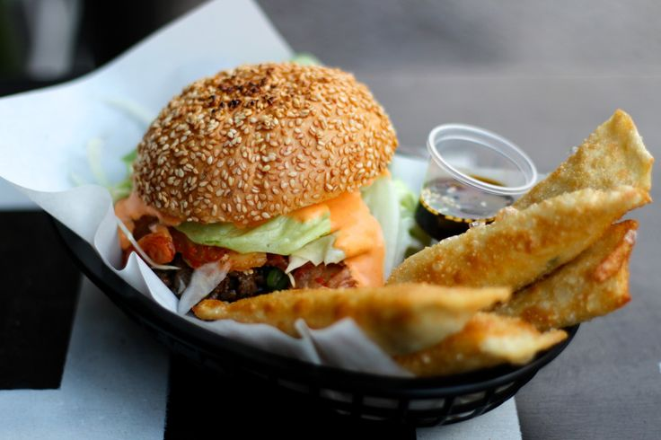 Ban Ban, Hermannstr. 205. Burgers and fries