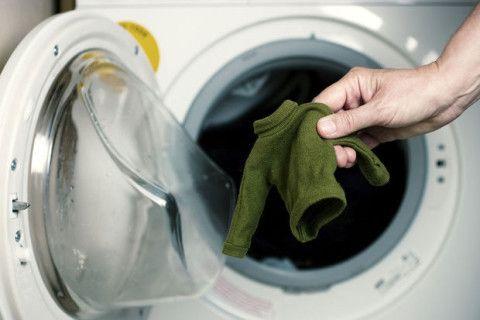 Woeps! Een trui of T-shirt te warm gewassen en zit je nu in vestimentaire problemen? Je kan het nog oplossen met deze tips. Met babyshampoo of conditioner 1. Deze tip werkt het best bij gebreide kleding. Vul je gootsteen met lauw water en voeg babyshampoo of conditioner toe (1 eetlepel per liter).Roer een paar minuten … Continued