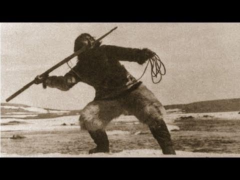 Questa celebre pellicola ci mostra la sapiente documentazione cinematografica di un piccolo gruppo familiare appartenente al popolo Inuit, noti ai più come 'esquimesi'. La quotidianità raccontata dal regista Robert Flaherty è quella di Nanook ('Orso'), protagonista del film, di sua moglie Nyla ('Colei che sorride'), dei loro figli e di altri membri della loro comunità dimorante lungo le coste della Baia di Hudson, nel Grande Nord canadese, nei primi anni Venti del Novecento.