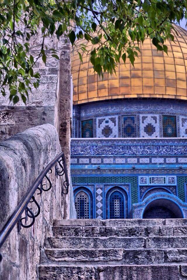 Jerusalem//القدس//Jérusalem est une ville du Proche-Orient qui tient une place centrale dans les religions juive, chrétienne et musulmane. La ville s'étend sur 200 km² pour une population de 865 700 habitants en 2015. Wikipédia