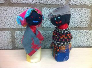 Afrikaanse mensen, gemaakt van w.c. rol, een sok en lapjes. Groep 4