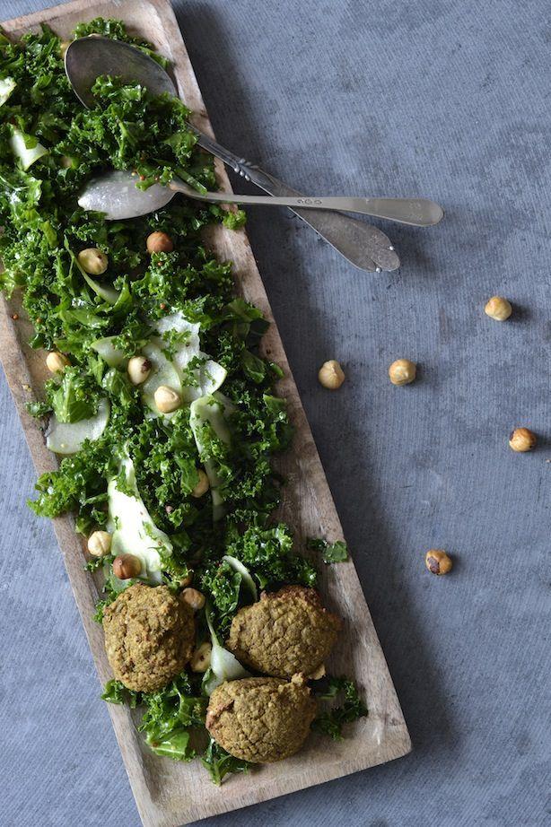 Ovnbagte linsefalafler & grønkålssalat med hasselnødder