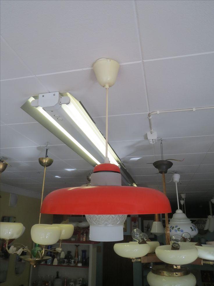 Kotimainen kattovalaisin, oranssinpunainen, metallia ja lasia, toimiva.  45 euroa.