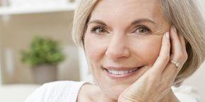 Vroeg of laat moet bijna iedereen eraan geloven: grijze haren. Het verven van je haar kost vaak bakken met geld, maar er schijnt een veel goedkopere manier te zijn om het grijs te lijf te gaan: zet oude aardappelschillen in. Verschillende blogs melden het foefje: aardappelschillen bevatteneen enzym dat 'catecholase' heet, wat gebruikt wordt in…