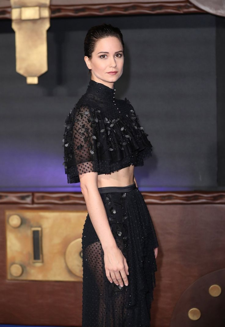 Like Emma Watson and Helena Bonham Carter before her, Katherine Waterston, star of Fantastic Beasts, is a Harry Potter alum with a taste for daring fashion.