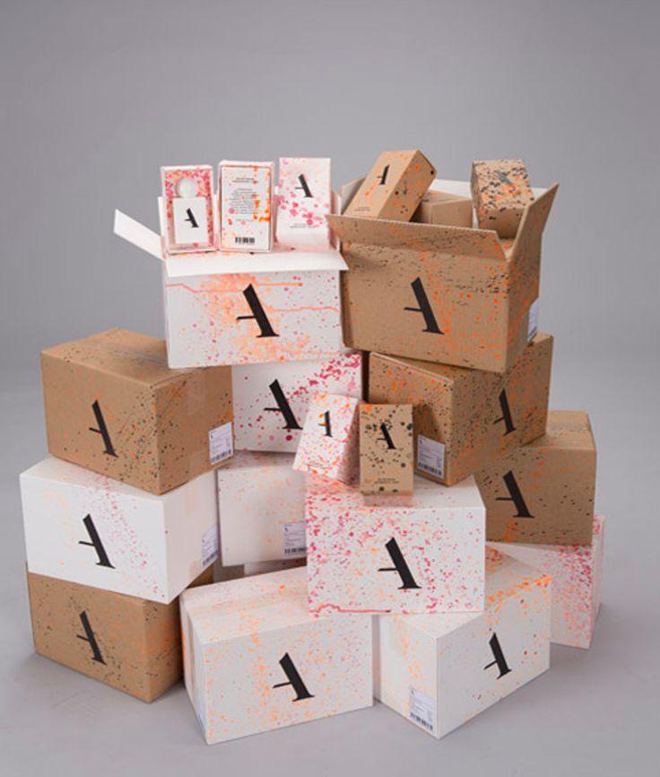 Johan Bovin Löndahl создал дизайн упаковки для Aygness perfume, женских и мужских духов. Для упаковки Aygness используются коробки из 100% переработанного картона. Каждая коробка, белого или бежевого цвета, оформлена печатью с уникальным рисунком. Для первичной упаковки флаконов используются маленькие коробки телескопического типа, а для их транспортировки — четырехклапанные коробки из гофрокартона. Дизайн оформления первичной и транспортной упаковки уникален в обоих случаях…