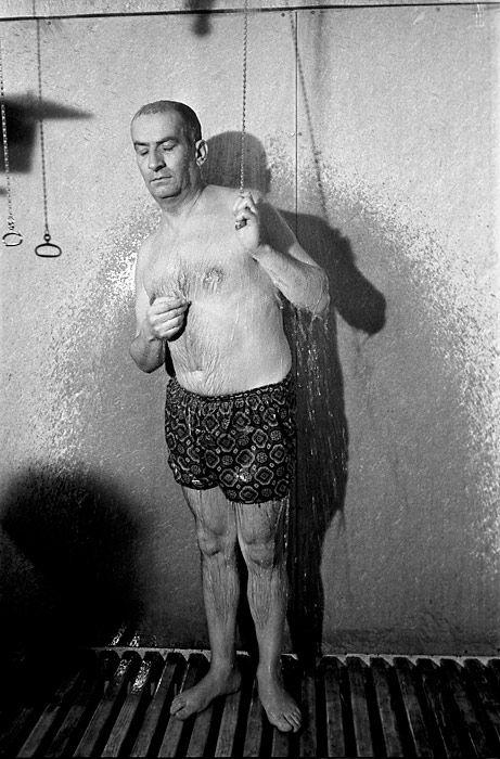 """Louis de Funès sous la douche dans le film """"Le corniaud"""" de Gérard Oury © Copyright Claude Schwartz"""