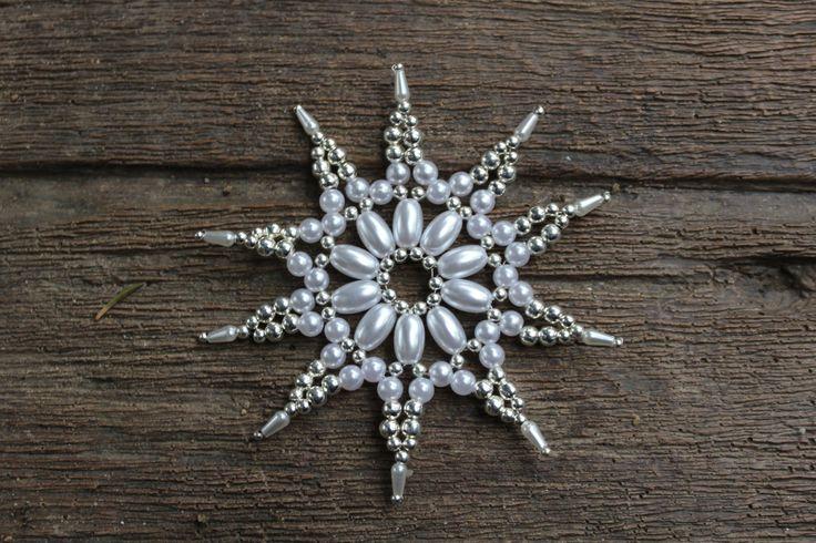 Stříbrnobílá+deseticípá+hvězdička+-+8,5+cm+Lehoučká+vánoční+ozdoba+-+hvězdička.+Hvězdičkaje+vyrobena+z+plastové,+perleťové+bílérýže,+plastových+perliček+a+drobných+kulatých+kovovýchkorálků.+Hvězdička+je+lehoučká,+krásně+se+bude+vyjímat+na+vánočním+stromečku,+jako+dekorace+do+okna,+nebo+třeba+na+adventním+věnci+či+jako+ozdoba+dárku.+Budete-li+si...