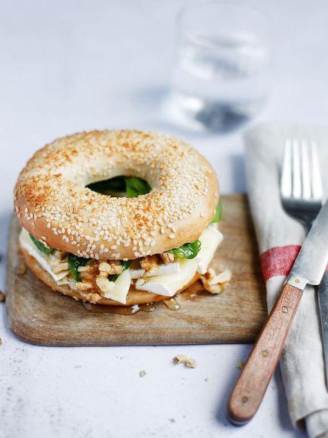 """Rapide à préparer, délicieux à déguster, le bagel au brie, miel et noix est un must ! Découvrez la recette de la """"New York Bakery Co""""."""