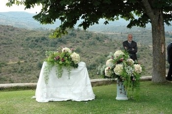 caprichia.com Weddings & Occasions: subtle  but stunning wedding altar in the middle of the nature. Flowers by L&N Floral Design
