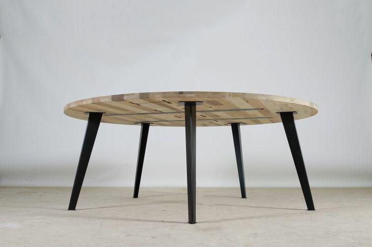Een zeer fraaie Circulaire tafel in ronde uitvoering, gemaakt in Amsterdams Blond . Dat is ge-upcycled houtafval geselecteerd op lichte kleuren en afgewerkt in Deense zeep.