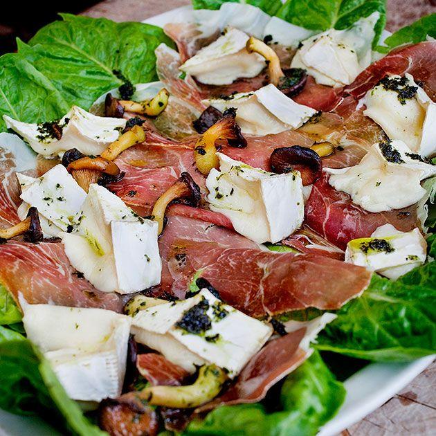 Spekeskinke med brie er en klassisk til både tapas og koldtbord. Prøv denne med spekeskinke og brie på en seng av frisk salat med sopp og parmesan på topp!
