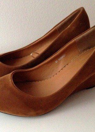 Kupuj mé předměty na #vinted http://www.vinted.cz/damske-boty/vysoke-podpatky/16507434-krasne-pohodlne-semisove-boty-na-klinku-v-konakove-barve