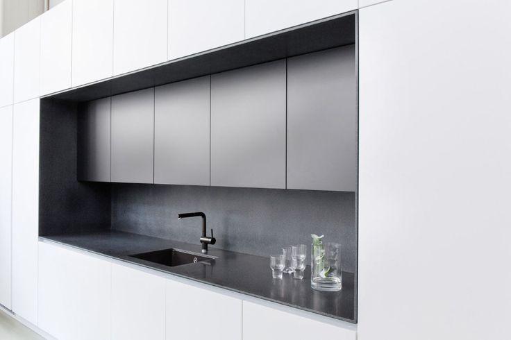 Kitzenin ihana keittiö, jossa musta Corian-syvennys