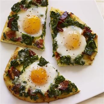 This upscale pizza features a naan flatbread crust, candied bacon, spinach, Gruyere cheese and sunny-side up eggs - perfect for brunch! #recipe #brunch