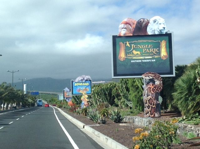 Espectaculares soportes retroiluminados con publicidad de Aqualand y Parque Las Águilas en el exterior del aeropuerto Tenerife Sur