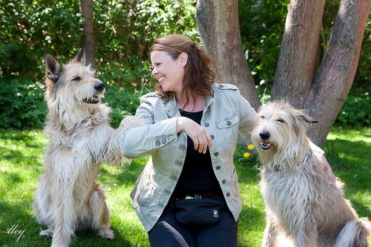 Storytelling: Det er de rigtige historier, der fænger.  Som selvstændig hundetræner ville Betina Sabinsky blive bedre til at skrive levende om de levende væsner, hunde jo er. I kraft af sin erfaring har Betina mange gode hundehistorier på lager, og på skriveskolen lærte hun at fortælle dem, så de rammer hendes målgruppe præcist – og fik i tilgift meget mere lyst til at skrive.  http://www.renehjetting.dk/storytelling-rigtige-historier-faenger/