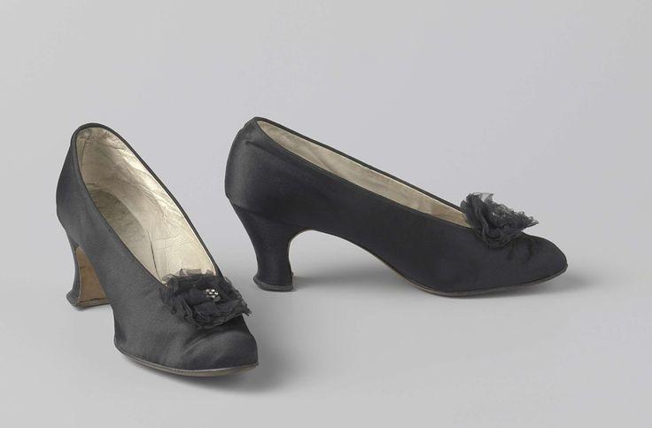 Schoen, pump, van zwart satijn met puntneus en laag uitgesneden voorblad, versierd met pompoentjes van zwart zijden gaas met knoop met zeven namaak diamanten, anoniem, ca. 1915