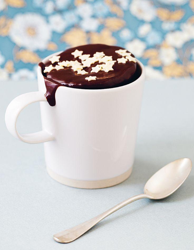 Recette Mug cake au chocolat : Cassez les chocolats noir et au lait en morceaux dans une tasse haute. Ajoutez le beurre et placez la tasse au micro-ondes (800 W) pendant 35 secondes.Mélangez, puis ajoutez l'œuf, le sucre, la farine et le lait. La préparation doit être lisse et homogène.Parsem...