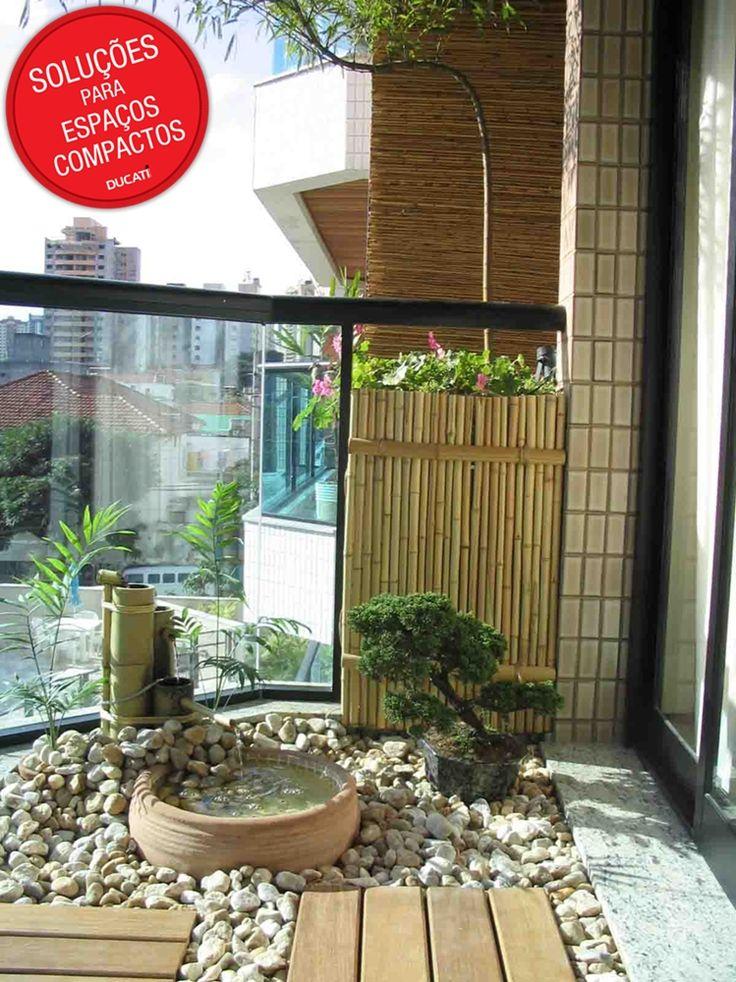 """Nesta ideia, o morador utilizou sua sacada para criar um espaço """"zen"""", com direito a uma mini fonte, um bonsai e um pequeno jardim, que possui até uma pequena árvore."""